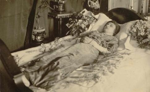 Suzane Bernard sur son lit de mort
